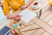 Junge Schulmädchen zeichnen Bilder zu Hause