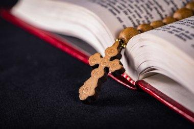 İncil ve haç ve dini kavramı