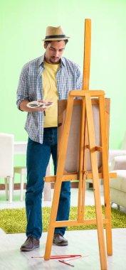 """Картина, постер, плакат, фотообои """"молодой художник работает над новой картиной в своей студии картина пейзаж живопись все"""", артикул 464715438"""