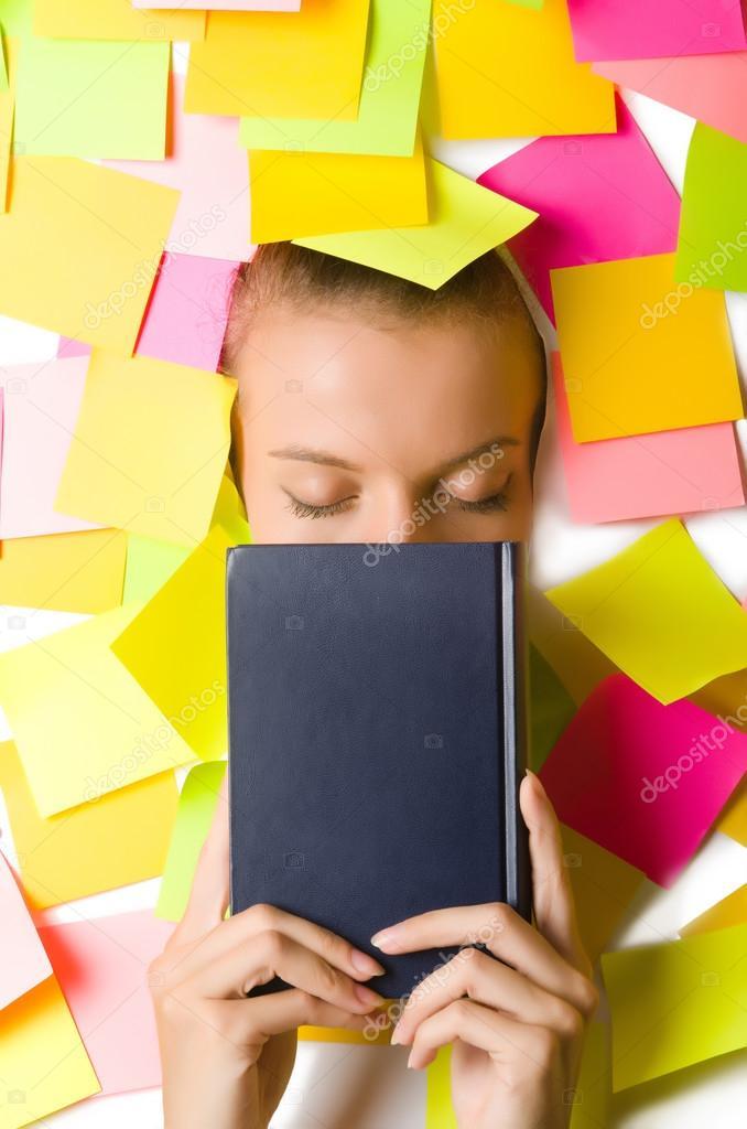 Frau mit viele Erinnerung Noten Buch zu lesen — Stockfoto © Elnur_ ...