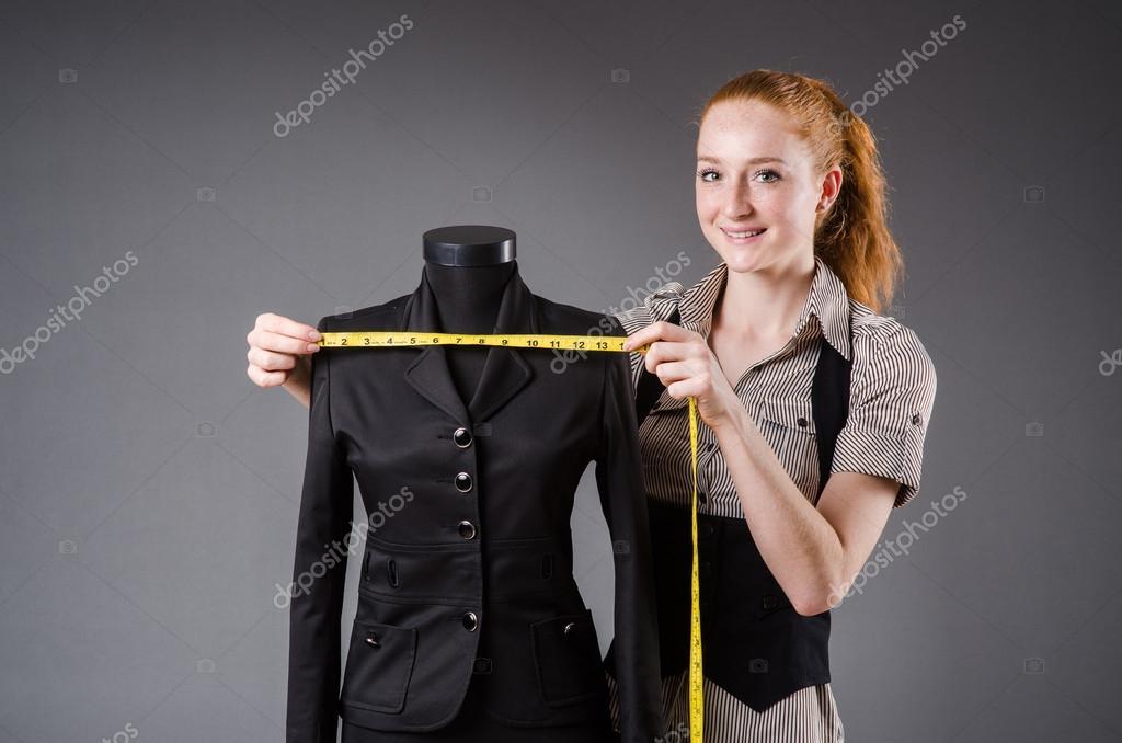 14b98e0456ac Lavorando di nuovo vestito su misura di donna — Foto Stock © Elnur  ...