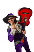 Mann in lustiger Kleidung hält Gitarre isoliert auf weißem Grund