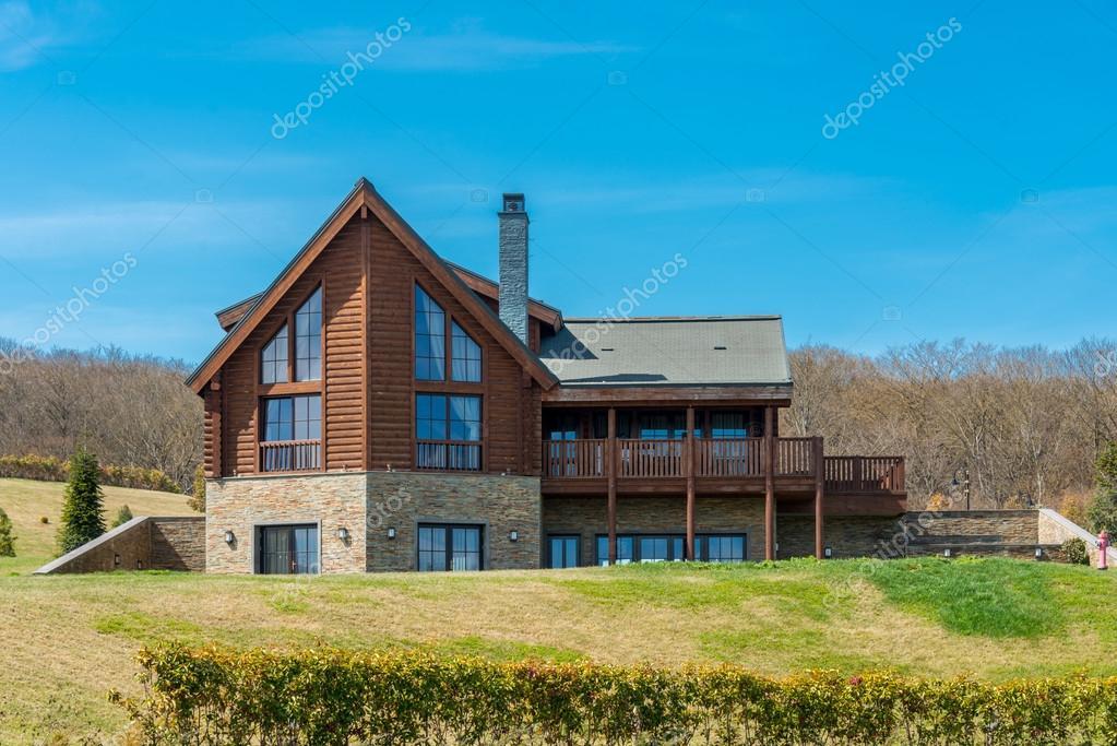 Modern huis in heldere zomerdag u2013 redactionele stockfoto © elnur