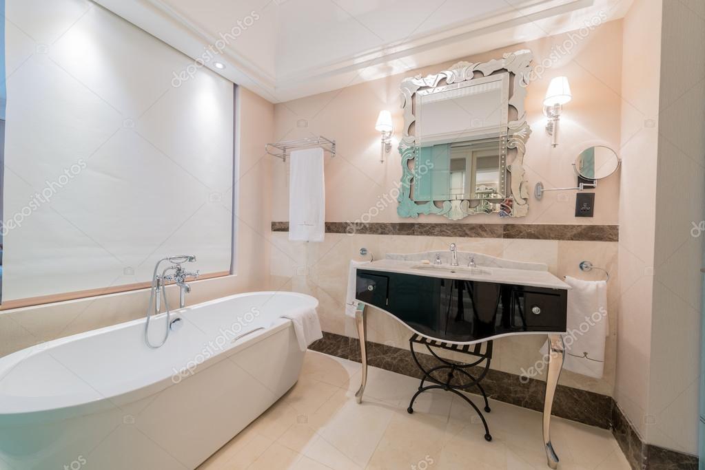 intérieur de la salle de bains moderne avec baignoire — Photographie ...