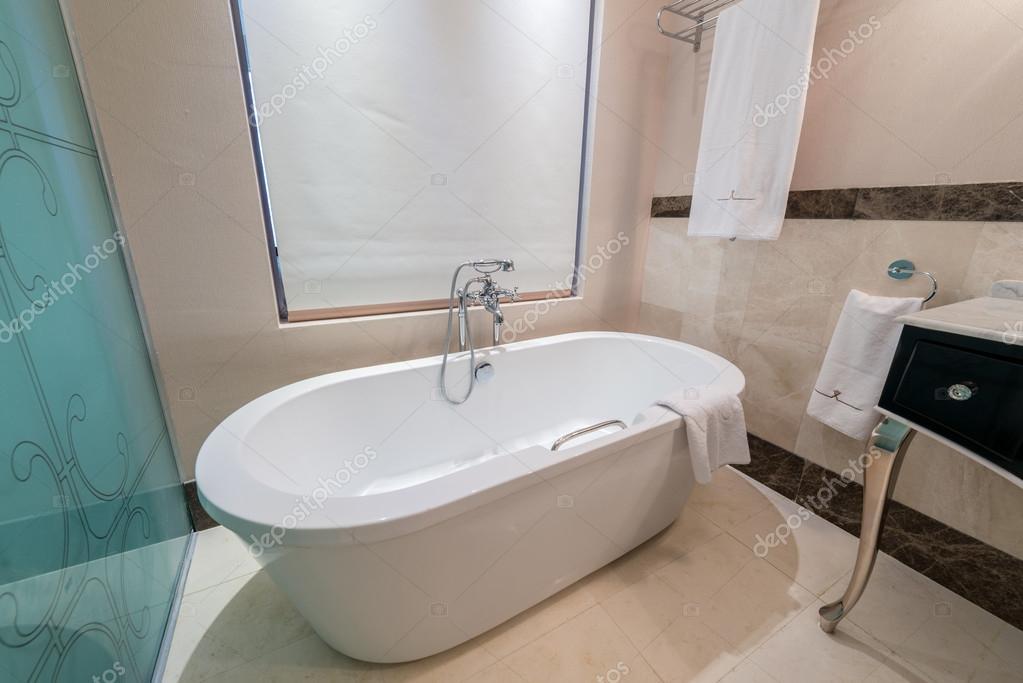 Vasche Da Bagno Moderne : Interno del bagno moderno con vasca da bagno u2014 foto stock © elnur
