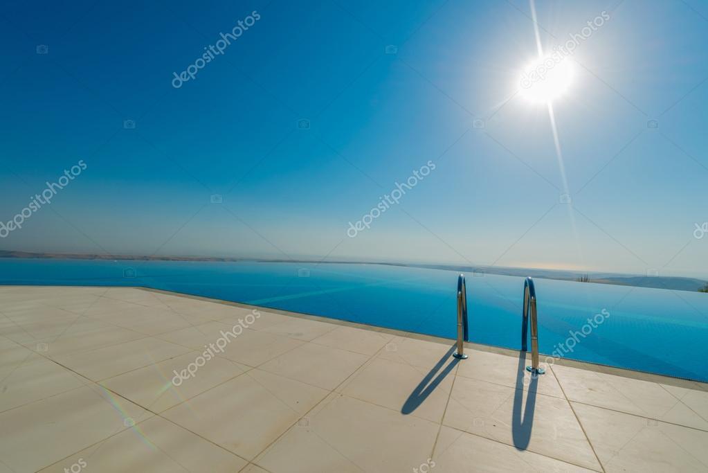 Piscine d bordement sur la journ e d 39 t lumineuse for Journee piscine