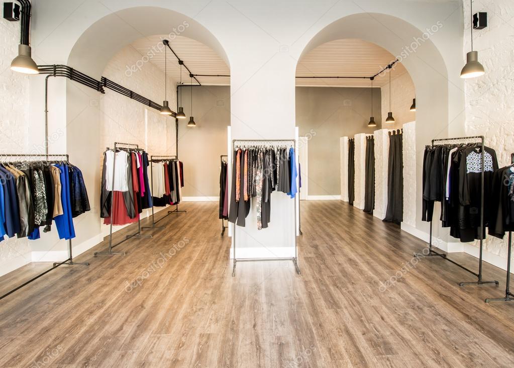 Interieur van mode kledingwinkel — Stockfoto © Elnur_ #87552930