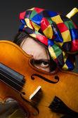 Lustiger Geigenclown im musikalischen Konzept