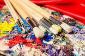 Kunst-Konzept mit Palette und Pinsel