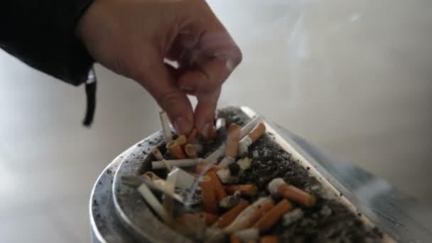 Személy kialszik egy percet, cigaretta