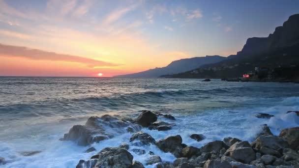 Meereswellen mit Spritzern Pause