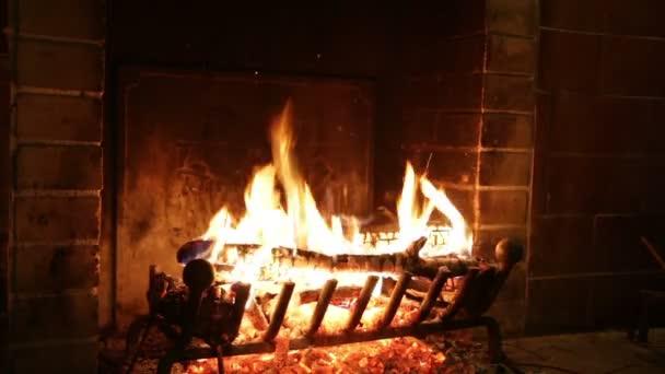 Kamenný krb oheň hoří