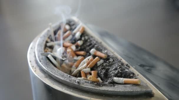 Cigaretta füstöl egy hamutartó