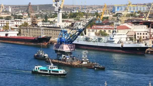 Dvě lodě tažení jeřáb na moře zálivu