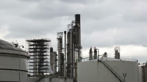 Továrna v průmyslové krajině