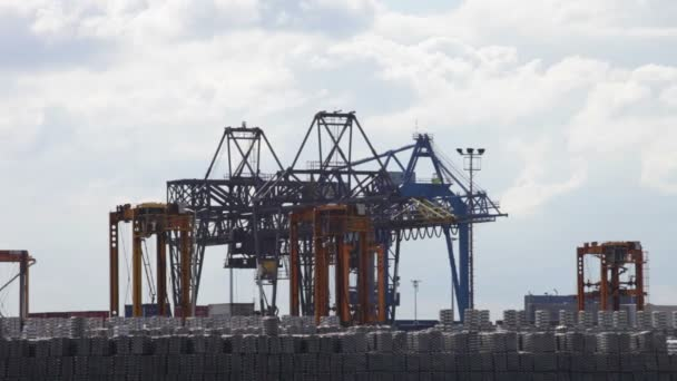 Kirakodási kikötőben a konténerek
