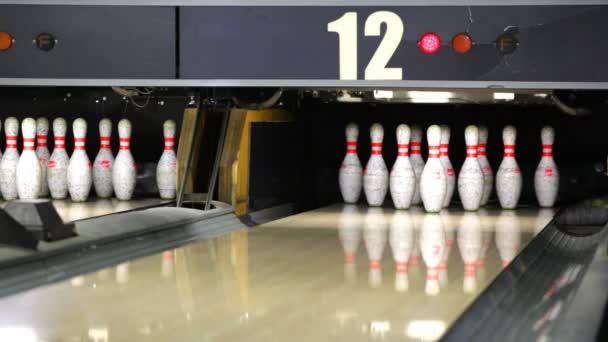 bowling míč srazil kolíky