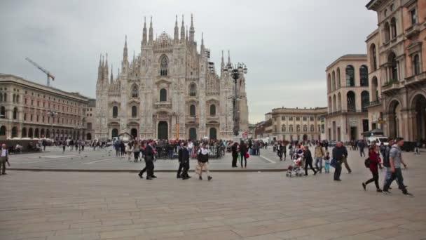 Turisti vicino Duomo di Milano