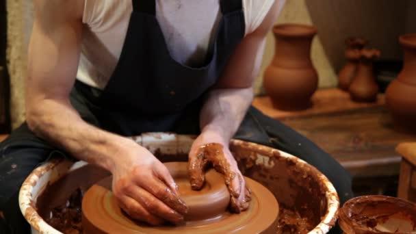 Zvyšování váza na hrnčířského kruhu