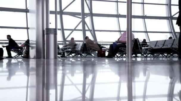 Lidé s zavazadel na letišti