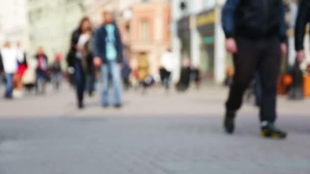 Yoğun şehir sokak üzerinde yürüyen insanlar