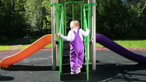 kleines Mädchen spielt auf einer Rutsche