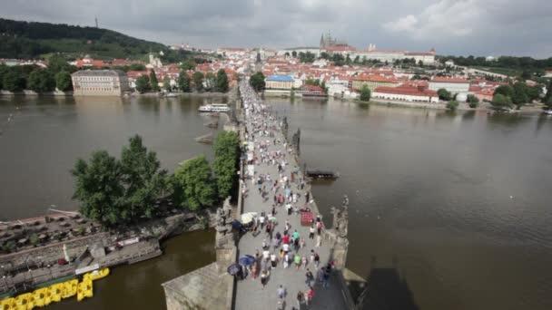 Přeplněný Karlův most a Vltava břeh řeky