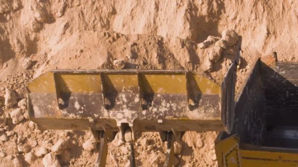 Dump truck betöltését a talaj lapát.