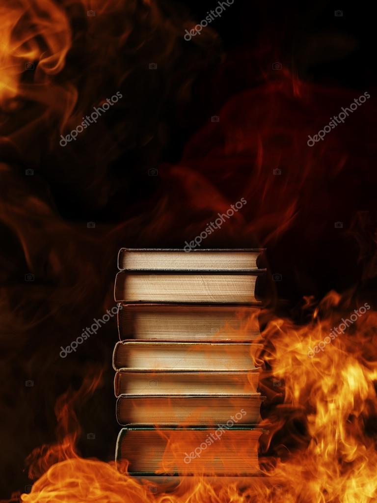 Pila de libros en un fuego ardiente fotos de stock for Cuarto oscuro fotografia