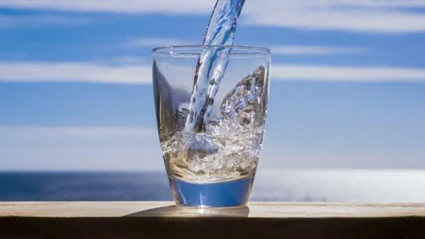 Voda proudí do skla