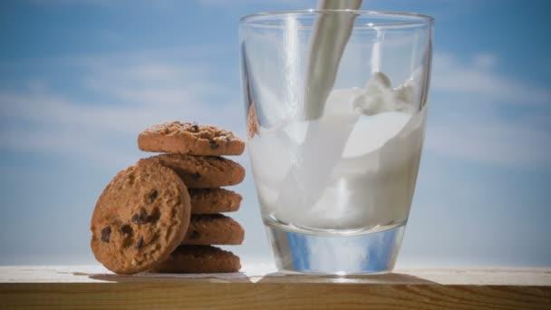 Soubory cookie a sklenici mléka, na dřevěný stůl
