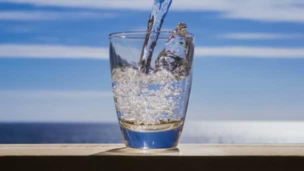 Wasser fließt ins Glas