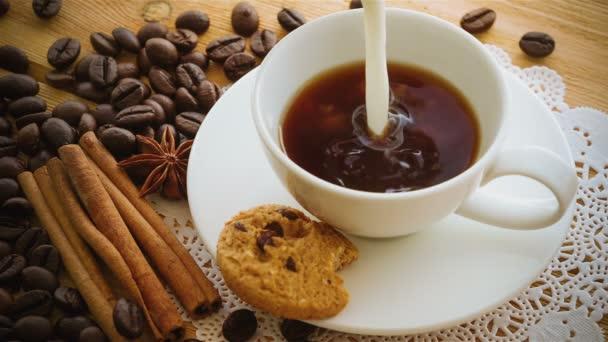 Kávé lét öntött, kupát