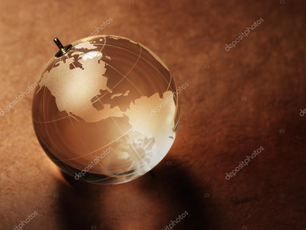 Bola de cristal con mapa del mundo fotos de stock irochka 71595517 glass ball with a picture of a world map on vintage paper background foto de irochka gumiabroncs Images
