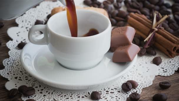 Káva se nalije do šálku