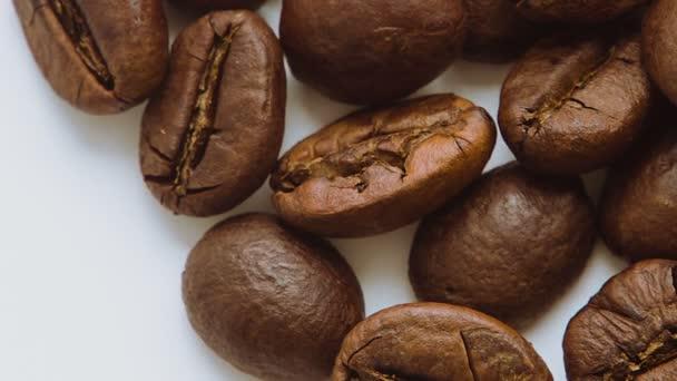 hromadu pražených kávových zrn, rotační.