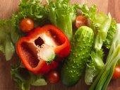 Frisches Gemüse auf Holzbrett.