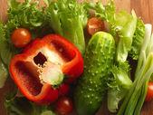 Čerstvá zelenina na dřevěné desce.