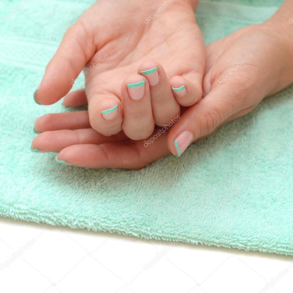 manos de hermosa mujer con uñas hermosas — Foto de stock © FineShine ...