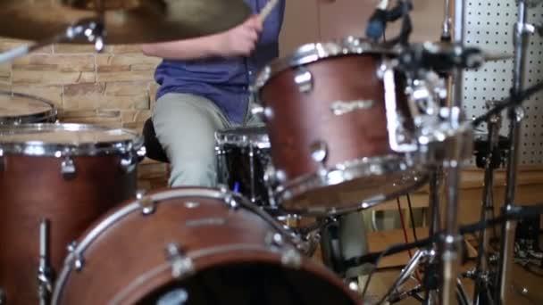 männlicher Schlagzeuger spielt