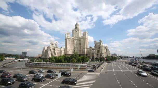 v návaznosti na Kotelnicheskaya nábřeží.