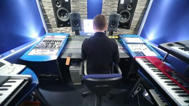 Mann im Tonstudio