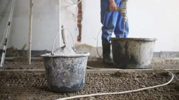 Nohy pracovníka s nástrojem