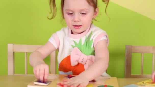 Děti hrají stolní hra