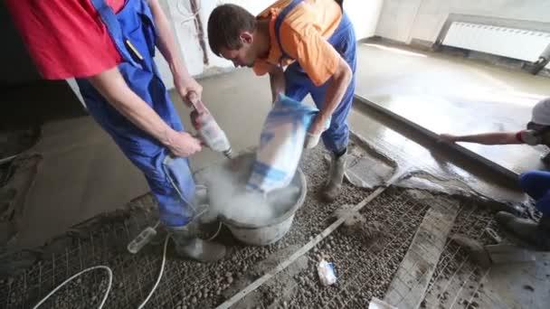 Pracovník se vylévající betonovou podlahu