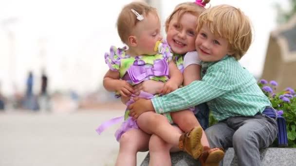 Tři šťastné děti