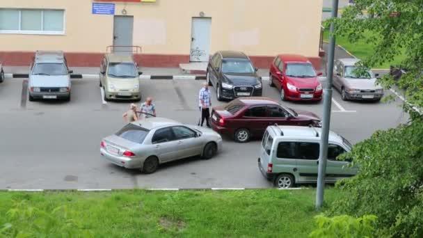 Lidé u auta