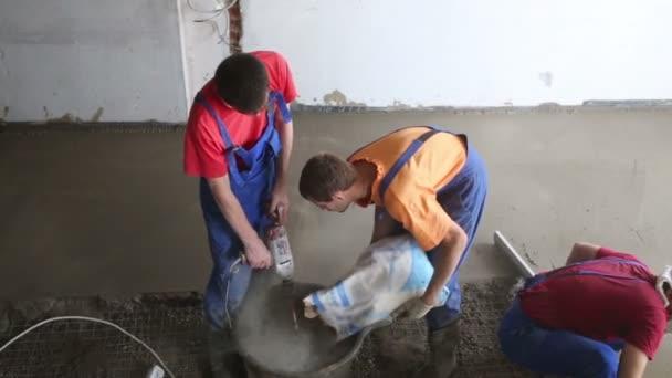 Dva pracovníci připravit betonové směsi