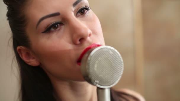 Mädchen singt ans Mikrofon