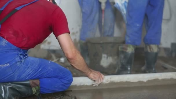 Pracovník dělá stěrkové podlahy